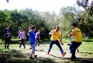 Kursanci grający w parku przy szkolenj rezydencji