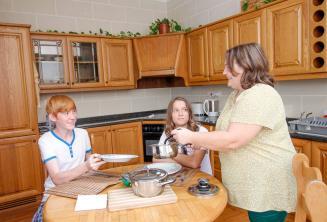 Uczniowie na kolacji u rodziny goszczącej