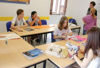 Kursanci języka angielskiego pracujący nad projektem
