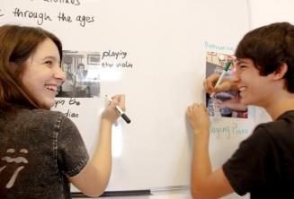 2 kursantów przy tablicy