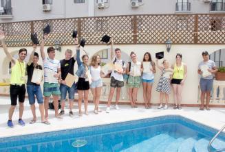 Uczniowie obozu języka angielskiego otrzymują certyfikat ukończenia kursu