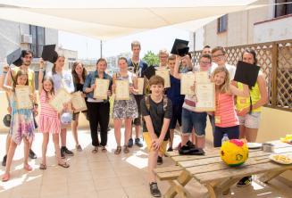 Grupa uczniów języka angielskiego, którzy ukończyli kurs językowy