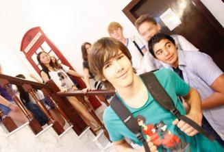 Grupa kursantów przy angielskiej czerwonej buddzce telefonicznej