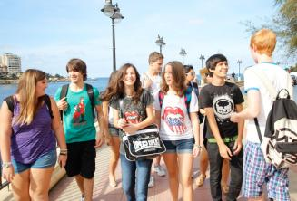 Uczniowie spacerujący razem