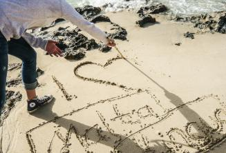 Uczeń malujący serce i Maltalingua na piasku