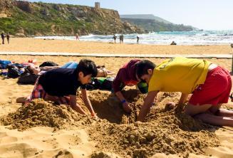 Dzieci kopią dziurę na plaży