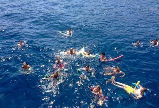 Grupa studentów szkoły języka angielskiego pływa razem