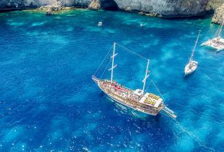 Turecka łódź w Crystal Bay, Comino