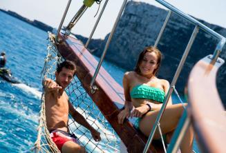 2 kursantów odpoczywają na pokładzie statku rejsowego na Comino in Malta.