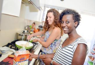 Student pomaga rodzinie w przygotowaniu kolacji