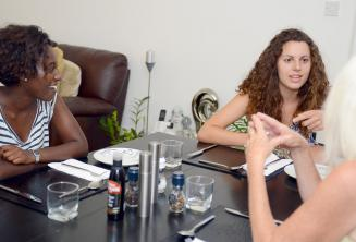 Kursanci przyogotowują obiad wraz ze swoją rodziną goszczącą w St Julians