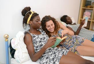 Student czytający książkę z jednym z członków rodziny goszczącej