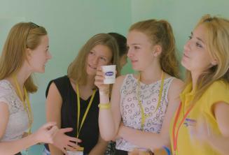 Nauczyciel rozmawiający z uczniami