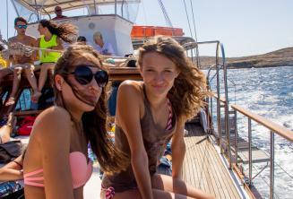 Dwie nastolatki na wycieczce statiem