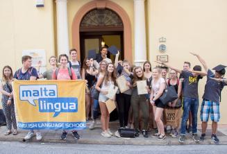 Grupa nastoletnich uczniów języka angielskiego przed szkoła na Malcie