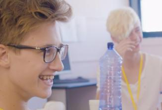 Uśmiechający się chłopcy na lekcjach języka angielskiego