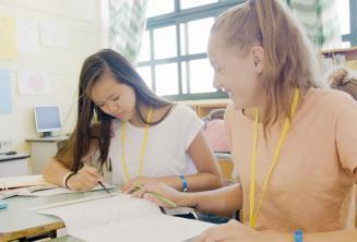 Dziewczynki w klasie języka angielskiego